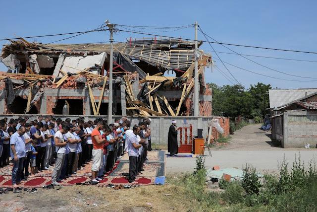 Kekurangan Masjid, Muslim Serbia Shalat Jemaah di Rumah-rumah Pribadi