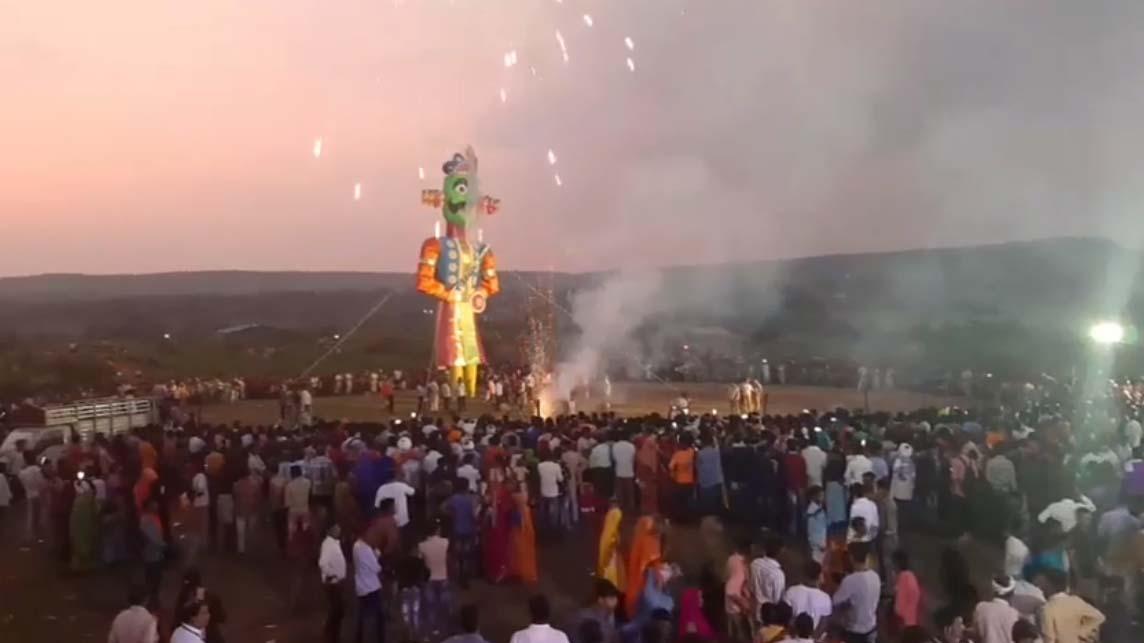 Jhabua News- Jhabua Rawan Dahan Dahsehra -आतिशबाजी के साथ हुआ बुराई के प्रतीक रावण का दहन दशहरा झाबुआ