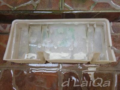 beri air bersih lalu tambahkan detergen dan cairan cuci piring