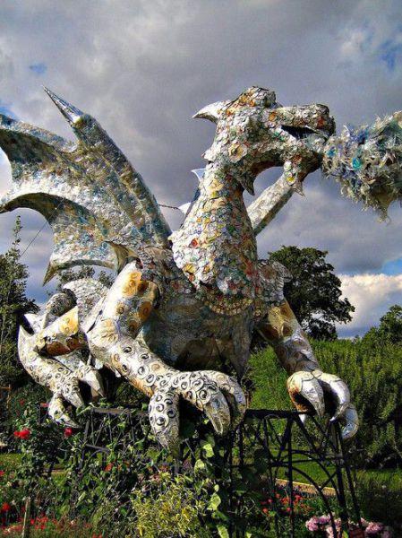 Dragón hecho con desechos plásticos