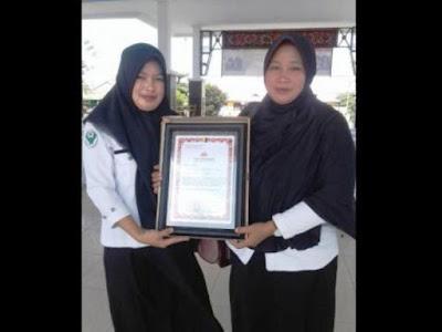 Surlina (Kiri) dan Nurmawati (Kanan): Foto memegang piagam penghargaan dari Kapolres Bangkep