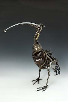 Escultura de pájaro con desechos metálicos