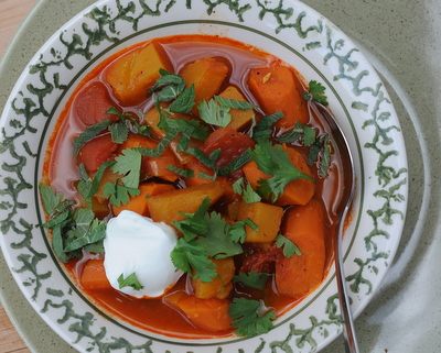 Squash & Carrot Stew ♥ KitchenParade.com, a low-calorie spice-rich vegetable stew with butternut squash and carrots. Two versions, one for the stovetop, another for a slow cooker. Vegan. Zero Points for Weight Watchers Freestyle. Gluten Free.