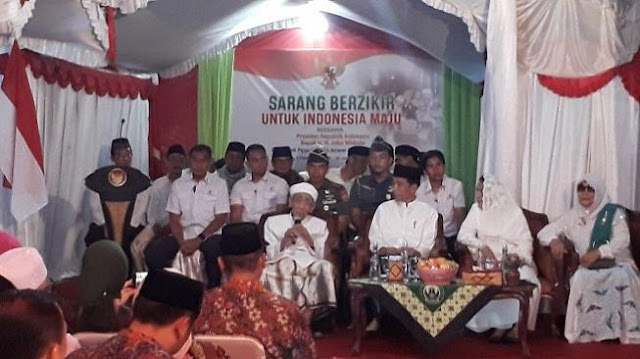 Niru Prabowo, Jokowi Temui Mbah Moen dan Habib Luthfi, Dikasih Sorban dan Tasbih