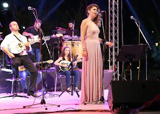 Η Ραφαέλα Πασβούρη στη σκηνή τραγουδάει
