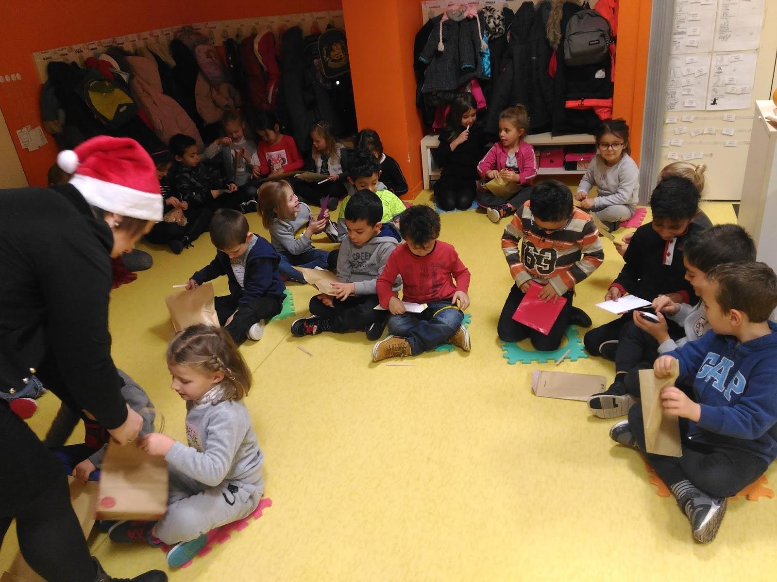 Cadeau De Noel Classe.Classe De Ms Gs école Saint Louis Echange Des Cadeaux De Noël