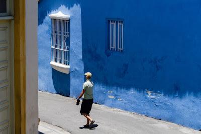 Cotidiano azul en Santiago de Cuba?, by Guillermo Aldaya / PhotoConversa