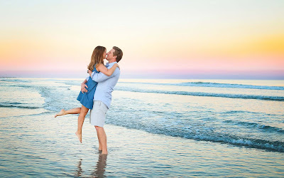 Lipskissing-hugging-couple-at-beach-HDimages