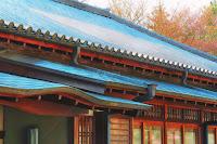 東大寺 しころ建ての房の雨樋の設え 玄関から