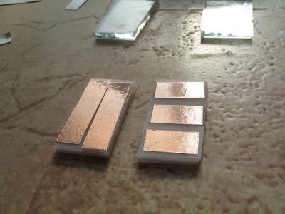 наклеенные на стеклянную заготовку отрезки медной фольги