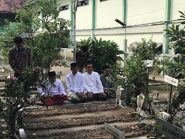 Ustad Abdul Somad Ziarah Makam Pendiri NU 'Kiai Bisri Syansuri' Jombang