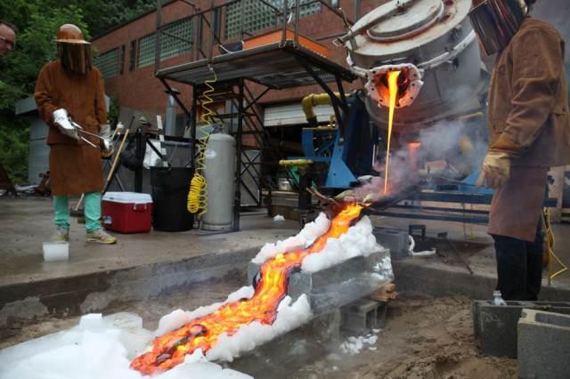 Geólogos experimentan con lava dejándola caer sobre hielo