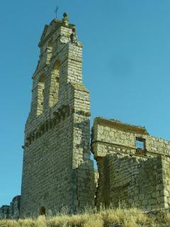 ruinas de la iglesia de arriba: espadaña de y parte del muro sur, una gran grieta los separa