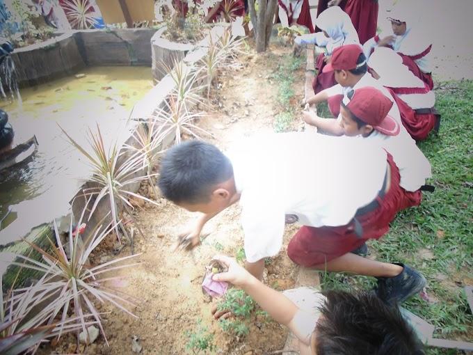 Kegiatan Jum'at Bersih di Sekolah
