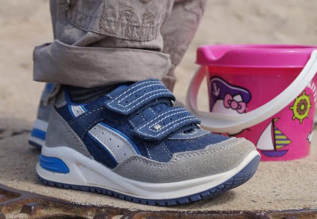 Mit tollen Kinderschuhen am Strand unterwegs (+ Verlosung)! Hier: Blau-graue Sneaker mit Klettverschlüssen für coole Jungs.