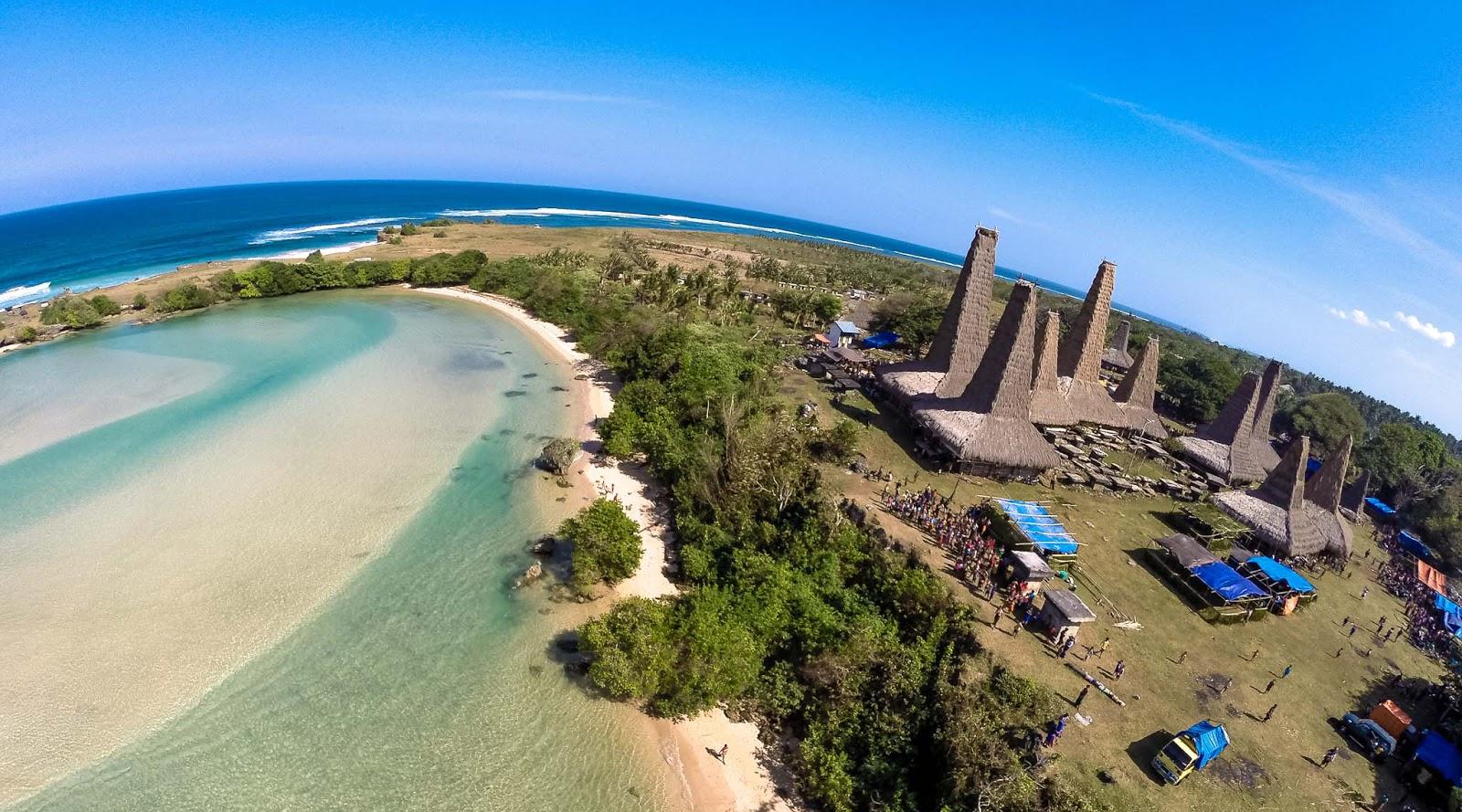 2. Pantai Ratenggaro