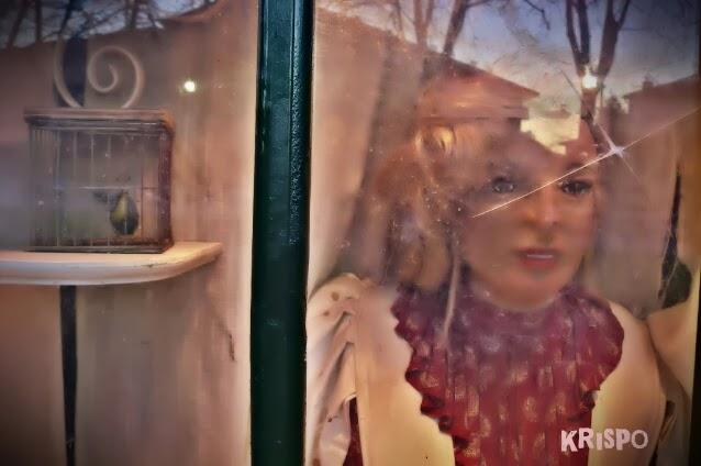 muñeca tras ventana