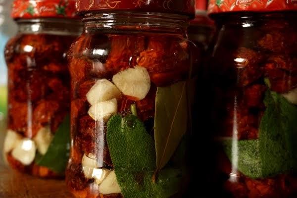 suszone pomidory koktajlowe, suszone w piekarniku w zalewie z czosnkiem, szałwią i liściem laurowym