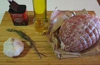 Roti de cerdo al horno, con ajo y romero.