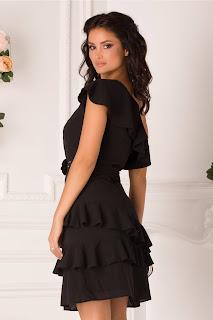Rochie de seara neagra pe un umar cu volanase