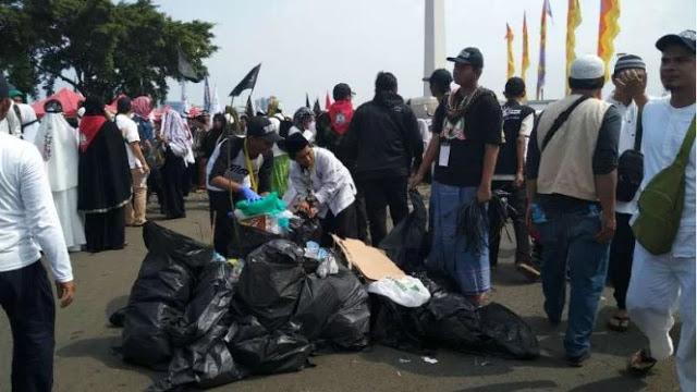 Reuni 212 Berakhir, Massa Bubar dengan Tertib dan Pungut Sampah