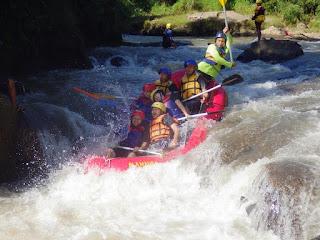 Kegiatan Arung Jeram di Sungai Cisadne Bogor
