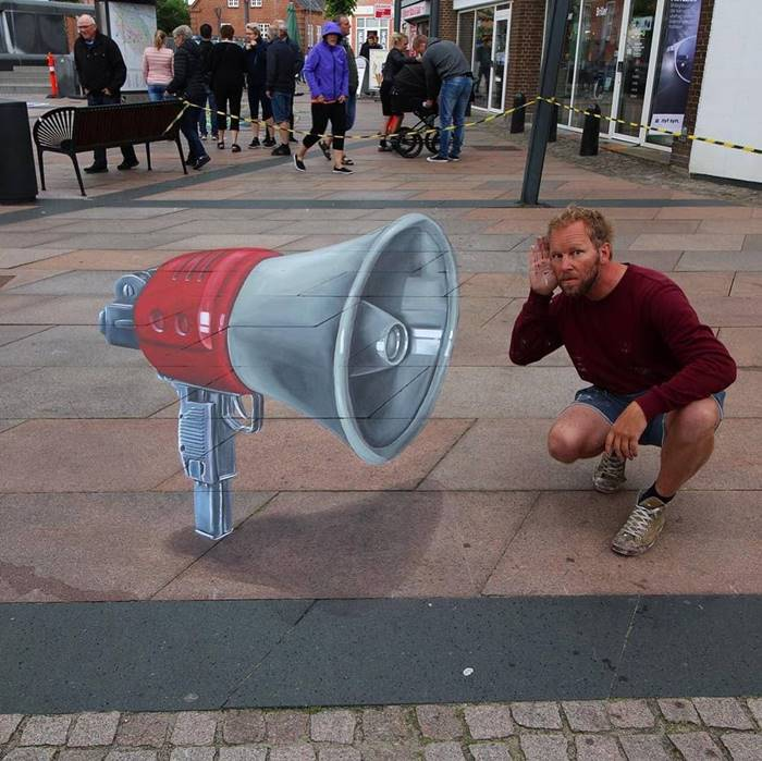Artist Leon Keer very quickly earned the love of the people of Holland, because since he took up the creation of 3D drawings, his hometown and other cities in the country have had a dozen interesting places where people are happy to take pictures.