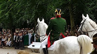 http://www.rp-online.de/prachtvolle-schuetzenparade-im-duesseldorfer-hofgarten-vid-1.6953436?video=1