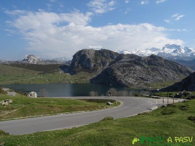 Lago de Enol y pico de la Mosquital