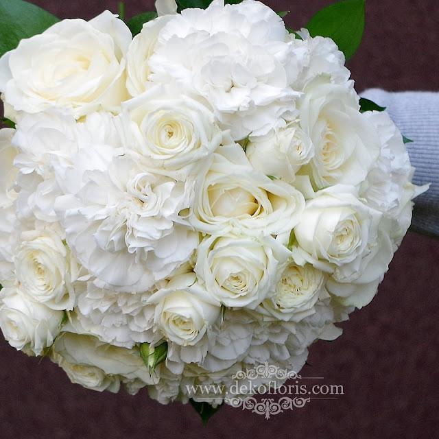 Biały bukiet ślubny róże i goździki z koronką