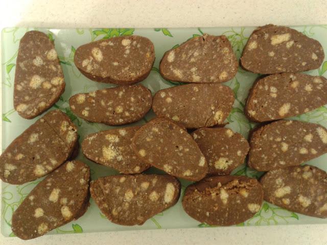 На зрізі десерт Шоколадна Ковбаска нагадує ковбасу зі шматочками шпику.