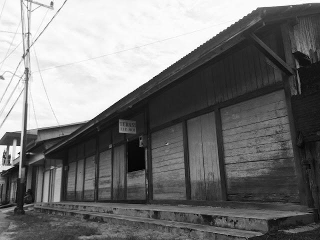 salah satu foto bangunan yang masih utuh di pemukiman sedau pasar - ng liau/ a tjap kong