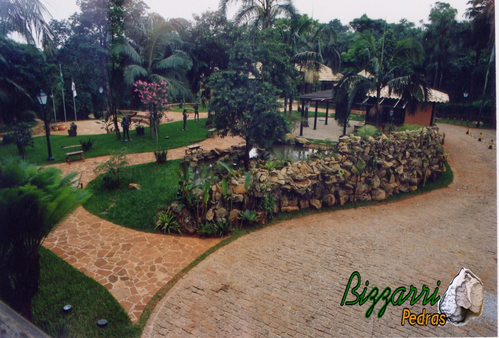 Execução do calçamento de pedra com pedra cacão de São Carlos e o calçamento com pedras paralelepípedo nessa alameda na Casa da Fazenda Morumbi com o paisagismo.
