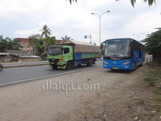 bus sedang menunggu penumpang di seberang gerbang belakang Unila