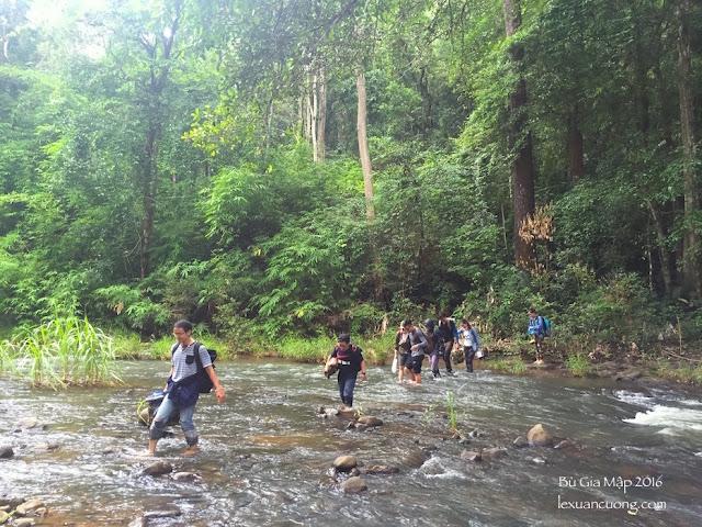 Trekking qua suối giữa rừng Bù Gia Mập