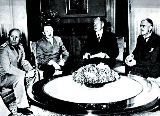 Benito Mussolini, el canciller alemán Adolf Hitle