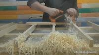 Probar cómo cepilla el cepillo eléctrico de carpintero. http://www.enredandonogaraxe.com