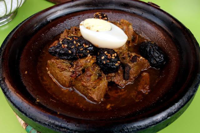 Tajine de carne y ciruelas en el restaurante Lune D'or