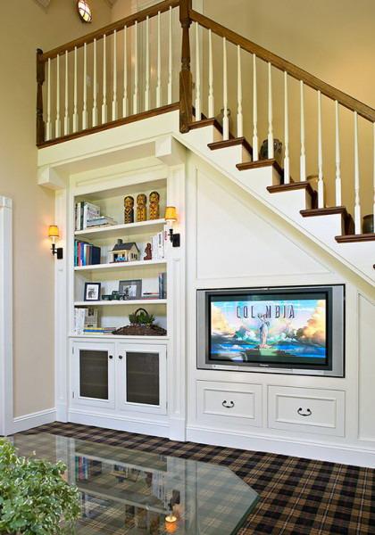 Memanfaatkan Area Bawah Tangga Untuk Memperluas Ruang Keluarga Dengan Membuat Drawer Lemari Rak Juga Menempatkan Tv Sempurna Via Shelterness
