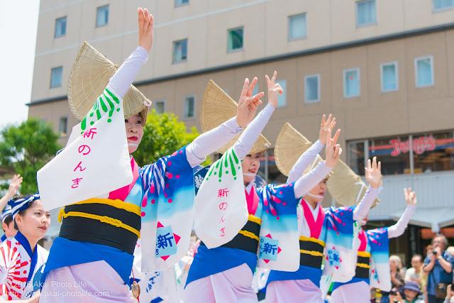 高円寺、熊本地震被災地救援募金チャリティ阿波踊り、東京新のんき連の舞台踊りの女踊りの踊り手の写真 3枚目