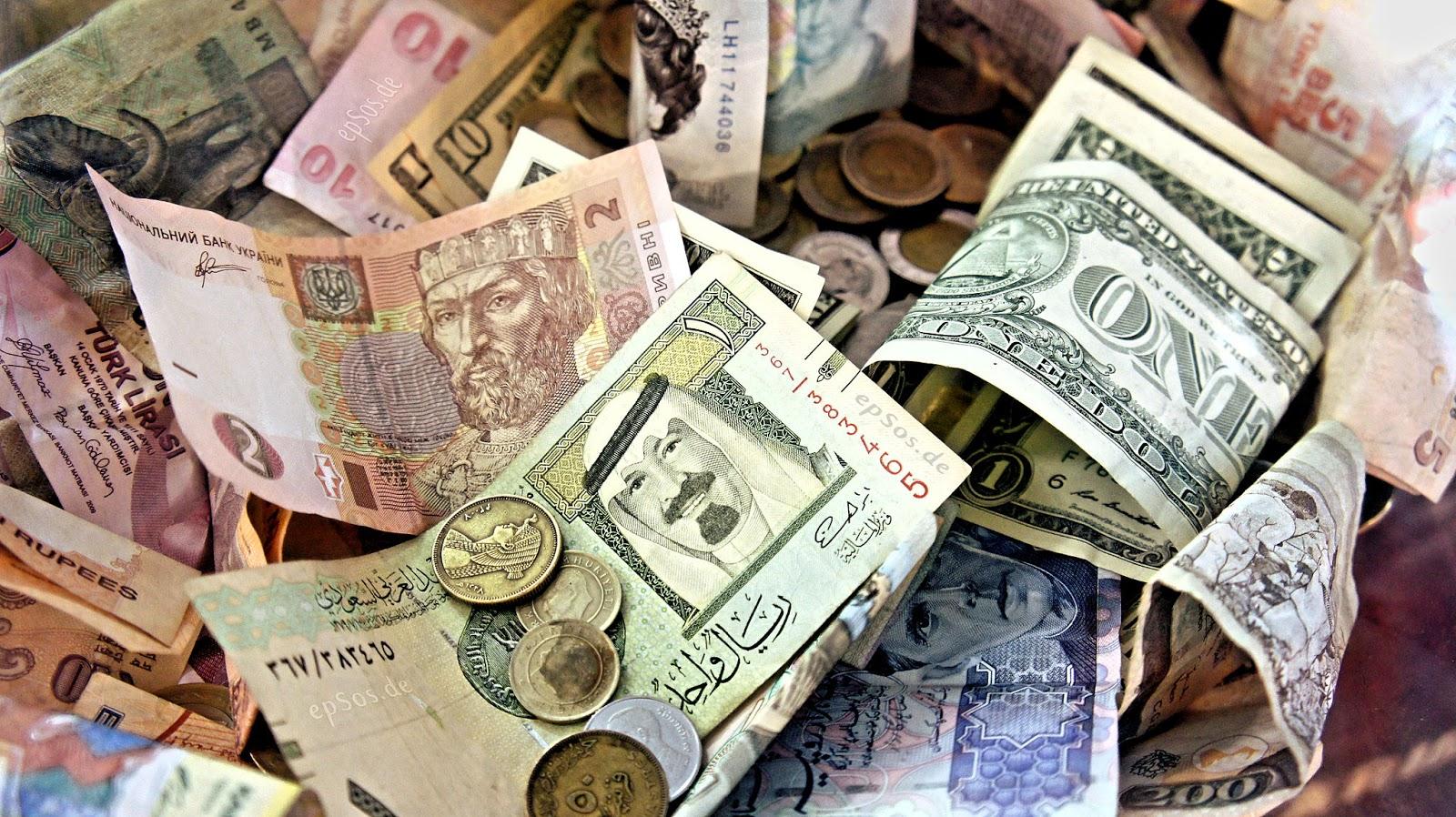 هبوط أسعار الريال اليمني أمام الدولار والريال السعودي