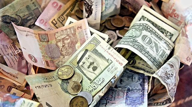 مباشر من محلات الصرافة ... أنهيار جديد للريال اليمني امام الدولار والسعودي ..اليكم أسعار صرف اليوم