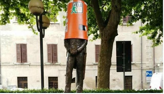 Carabinieri - Vandali in azione: sradicano autovelox e lo infilano nella statua dei Carabinieri