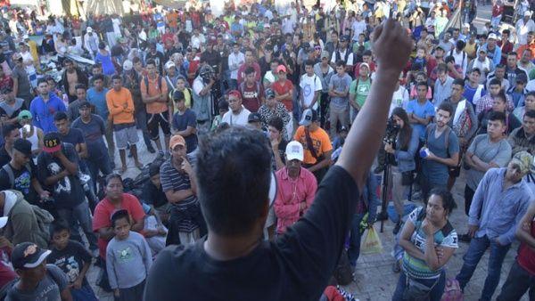 Presidente de El Salvador defiende derechos de la caravana de migrantes