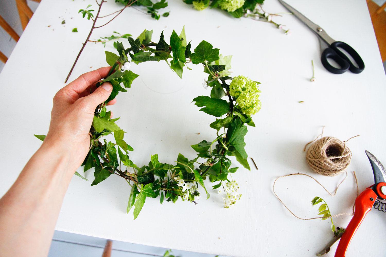 merci raoul diy une couronne de fleurs et feuilles. Black Bedroom Furniture Sets. Home Design Ideas
