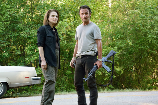 Tovah Feldshuh como Deanna Monroe and Andrew Lincoln como Rick Grimes – The Walking Dead _ sexta temporada, Episode 1 – Photo Credit: Gene Page/AMC