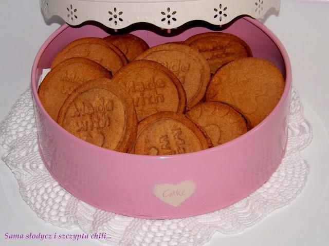 Maślano migdałowo - kakaowe ciasteczka przekładane powidłami i nutellą.