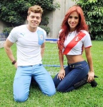 Foto de Ignacio Baladán y Melissa Paredes posando en un jardín