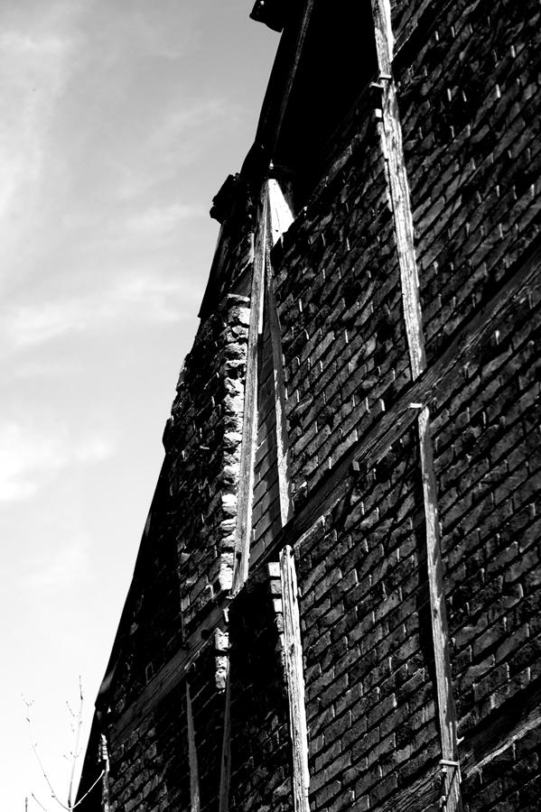 Blog + Fotografie by it's me! | fim.works | SchwarzWeissBlick No 15 | verlassenes Gehöft | Lost Place | vortretendes Mauerwerk
