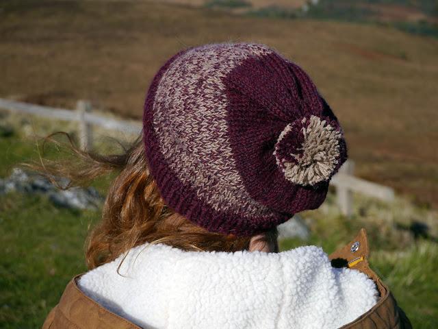 pompom bonnet tricot bordeaux et beige